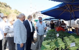 Başkan Türkyılmaz'dan Cuma pazarına ziyaret